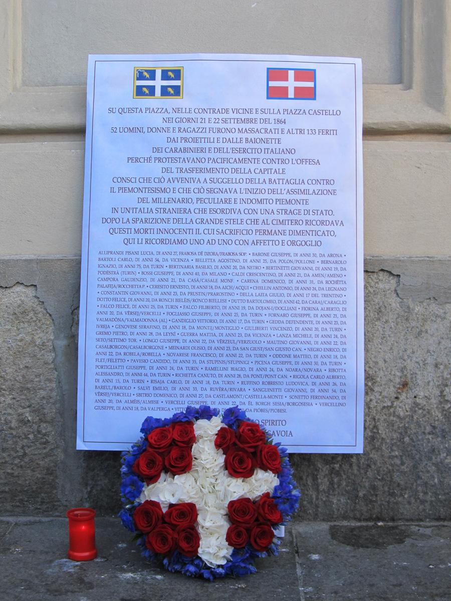 La lapide provvisoria con l'elenco delle vittime.