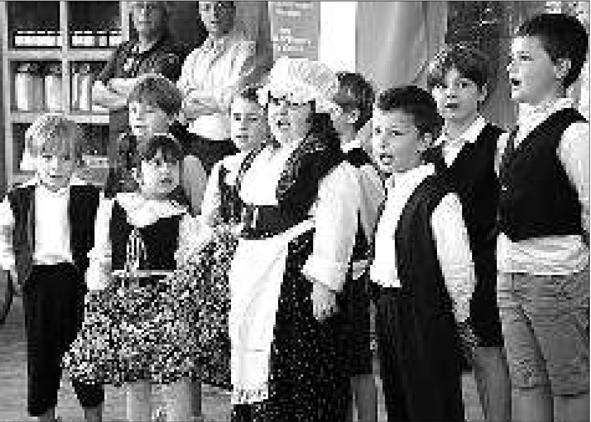 gli alunni della scuola dell'Infanzia e Primaria di Visòn/Visone che hanno vinto il premio lo scorso hanno.